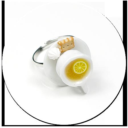 pierścionek biała filiżanka z herbatką