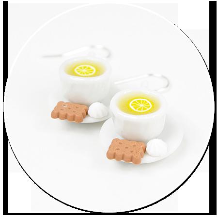 kolczyki białe filiżanki z herbatą i smakołykami