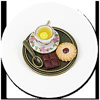 broszka taca z herbatą i łakociami nr 2